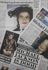 BAARN - De Nederlandse kranten pakken vrijdag uit met het nieuws over het overlijden van popster Michael Jackson. Jackson is donderdag om 14.26 uur plaatselijke tijd overleden. Hij is 50 jaar oud geworden. ANP RICK NEDERSTIGT