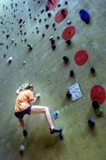 AMSTERDAM 20000506. Een sportklimmer werkt zich in de Klimhal naar boven. Zaterdag werd in Amsterdam de Nederlandse Klimkampioenschappen Sportklimmen gehouden. ANP Foto - Raymond Rutting
