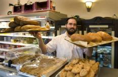 AMSTERDAM - Na het sluiten van bakkerij Theeboom, is bakkerij Laromme de enige koosjere bakker in Amsterdam. De bakkerij staat onder officieel rabbinaal toezicht en is leverancier van brood en banket voor de joodse gemeenschap. ANP PHOTO OLAF KRAAK