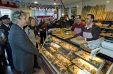 DEN HAAG - Minister Eberhard van der Laan (L) is woensdag op bezoek bij een Marokkaanse bakker op de Stationsweg in Den Haag. De nieuwe minister van Wonen, Wijken en Integratie bracht een bezoek aan de Haagse Stationsbuurt en Rivierenbuurt. ANP PHOTO ED OUDENAARDEN