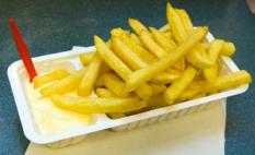 RIJSWIJK - Snackbar in Rijswijk. Patat frites. ANP PHOTO XTRA LEX VAN LIESHOUT