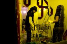 AMSTERDAM - Twee vrouwen zijn donderdag bezig met het schoonmaken van hun voormalige prostitutie pand in Amsterdam. Met een rondleiding langs de ramen gaat donderdag Redlight Art Amsterdam van start. Acht kunstenaars uit alle delen van de wereld gaan een jaar lang wonen en werken in de zogenoemde Schellingpanden. Deze panden zijn tijdelijk leeg komen te staan door de inspanning van de gemeente en stadsdeel Centrum om de criminaliteit terug te dringen. ANP PHOTO EVERT ELZINGA