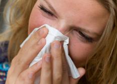 HAARLEM - ILLUSTRATIE Mexicaanse griep. Meisje snuit haar neus. ANP XTRA KOEN SUYK