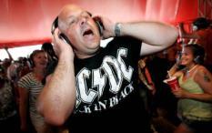LANDGRAAF - Een bezoeker van de Silent Disco luistert zaterdag met een koptelefoon naar muziek op Pinkpop Classic 2009 in Landgraaf. Het muziekevenement draait om bands die in het verleden een keer op het grote Pinkpop stonden. ANP MARCEL VAN HOORN