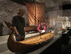NLD-20041107-UTRECHT: In het Centraal Museum in Utrecht is van 7 november tot en met 10 april 2005 de tentoonstelling Vikingen! te zien. De tentoonstelling geeft een beeld van het spannende leven van de Vikingen die rond het jaar 800 met hun boten Europa onveilig maakten. ANP FOTO/TOUSSAINT KLUITERS