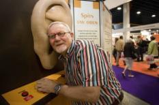 UTRECHT - In de jaarbeurshallen in Utrecht wordt woensdag de vijftiende editie van de 50PlusBeurs geopend. Een bezoeker test zijn gehoor in een oor. ANP PHOTO CYNTHIA BOLL