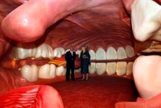 OEGSTGEEST - Koningin Beatrix krijgt in de mond- en keelholte uitleg van Henri Remmers (l, initiatiefnemer Corpus) tijdens een rondleiding door het menselijk lichaam. De vorstin opent vrijdag belevingscentrum Corpus 'reis door de mens' in Oegstgeest. ANP PHOTO ROYAL IMAGES MARCEL ANTONISSE
