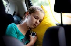 AMSTERDAM - Een meisje luistert naar muziek op de achterbank van een auto. ANP XTRA FRANK VAN BEEK