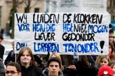 DEN HAAG - MBO-leerlingen demonstreren dinsdag op het Plein in Den Haag voor beter onderwijs. Zij vinden dat ze te weinig les krijgen, er te weinig gekwalificeerde docenten zijn en dat het lesmateriaal niet goed genoeg is. De Tweede Kamer overlegt woensdagavond over een zwarte lijst met opleidingen. ANP VALERIE KUYPERS