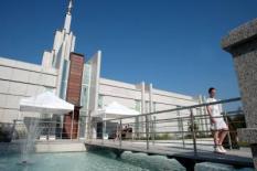 NLD-20020815-ZOETERMEER: In Nederland is de eerste tempel voor Mormonen, de kerk van Jezus Christus van de Heiligen der Laatste Dagen, van 17 t/m 31 augustus geopend voor het publiek. Na 31 augustus gaat de deur dicht en is het het gebouw alleen toegankelijk voor trouwe leden van de geloofsgemeenschap. Op de open dagen is het ten strengste verboden om opnamen binnen te maken. Een foto van het exterieur kan wel worden gemaakt. ANP FOTO/ MARCEL ANTONISSE