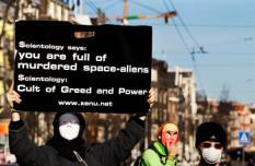 AMSTERDAM - Gemaskerde mannen en vrouwen demonstreren voor het gebouw van de Scientology Kerk. Voor het gebouw van de Scientology Kerk in Amsterdam wordt zondag een betoging tegen het kerkgenootschap gehouden. De demonstratie is onderdeel van een wereldwijde serie gelijksoortige protesten. ANP PHOTO ROBIN UTRECHT