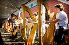 AMSTERDAM - In de corridor van de Passenger Terminal in Amsterdam doen harpisten dinsdagmiddag een poging om als langste harp orkest ooit in het Guinness Book of Records te komen. De recordpoging is een onderdeel van het Harp Festival dat momenteel in Amsterdam plaatsvindt. ANP PHOTO KOEN VAN WEEL