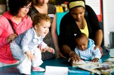 ROTTERDAM - De 19-jarige Elyse (L) met haar eenjarige dochter Kiana en de 23-jarige Sharayma (R) met haar tien maanden oude zoon Kyleon zijn zondag aanwezig bij de lancering van het Landelijk Platform Jonge Ouders in Rotterdam. Dit platform stelt zich als doel de kansen voor jonge ouders in Nederland te vergroten. Jaarlijks worden ongeveer 2500 meiden onder de 20 jaar moeder. En er zijn momenteel ruim 60.000 moeders onder de 26 jaar. ANP VALERIE KUYPERS