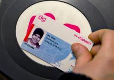 ROTTERDAM - Reizigers gebruiken donderdagochtend  in Rotterdam een ov-chipkaart bij het instappen van de tram. Vanaf donderdag is de ov-chipkaart het enige vervoerbewijs in de tram, bus, metro en Randstadrail in Rotterdam. De strippenkaart behoort daarmee officieel tot het verleden in de Maasstad. ANP ED OUDENAARDEN