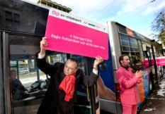 ROTTERDAM - Pedro Peters, algemeen directeur van het Rotterdams openbaar vervoersbedrijf RET toont donderdag een levensgrote OV-chipkaart. Stadsregio Rotterdam vierde donderdag officieel het afscheid van de strippenkaart en de introductie van de OV-chipkaart. ANP ED OUDENAARDEN