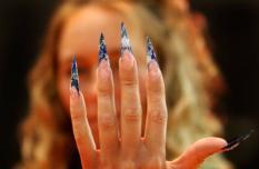 UTRECHT - Tamara showt haar vervaarlijk uitziende stiletto-nagels, zaterdag op de vakbeurs Beauty Dimensions. In de Jaarbeurs Utrecht is van zaterdag tot en met maandag alles te zien op het gebied van schoonheidsbehandelingen. ANP OLAF KRAAK