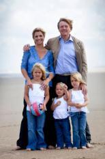 DEN HAAG - Prins Willem-Alexander en prinses Maxima poseren maandag met hun kinderen prinses Amalia (L), prinses Alexia (R) en prinses Ariane (M) op het strand bij het natuurgebied Meijendel in Wassenaar. ANP ROYAL IMAGES FRANK VAN BEEK