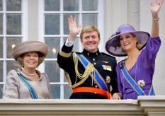 DEN HAAG - Koningin Beatrix, prins Willem-Alexander en prinses Maxima wuiven dinsdag naar het publiek vanaf het balkon van Paleis Noordeinde in Den Haag. ANP PHOTO ROYAL IMAGES KOEN VAN WEEL