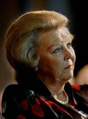 NLD-20041201-AMSTERDAM: Koningin Beatrix tijdens de uitreiking van de Prins Claus prijs, woensdag in  Amsterdam.Haar vader prins Bernhard is woensdagmiddag opgenomen in het Universitair Medisch Centrum  Utrecht (UMC). Dat liet de Rijksvoorlichtingsdienst woensdagavond weten. Volgens de dienst heeft de prins  meer last gekregen van zijn aandoeningen. ,,Omdat dit niet goed te behandelen was op Paleis Soestdijk is hij  overgebracht naar het UMC.¼¼ ANP FOTO/ROBIN UTRECHT