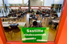 DORDRECHT - Ruim honderd VWO-leerlingen van het Stedelijk Dalton Lyceum in Dordrecht zijn maandag begonnen aan hun eindexamen Nederlands. Dit jaar nemen circa 204.100 leerlingen deel aan het landelijk eindexamen. De uitslag wordt vanaf 16 juni (vmbo) en 17 juni (havo en vwo) bekendgemaakt. ANP ED OUDENAARDEN
