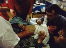 Het ergste zit er op.  Nauwlettend volgt Necati Kurkeu de besnijdenis van zijn zoon.