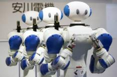 epa01944826 Humanoid industrial robot 'Motoman' developed by Japan's Yaskawa Electric Corporation are displayed at the company's booth during the International Robot Exhibition 2009 (iREX 2009) in Tokyo, Japan, 25 November 2009. During a 4-day event, 189 companies and 63 organizations will exhibit their latest robotic technologies.  EPA/DAI KUROKAWA