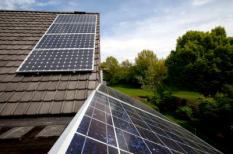 ZEIST - Particuliere initiatieven van zonne-energie.Twee verschillende soorten zonne-paneel t.b.v. energie. ANP XTRA NILS VAN HOUTS