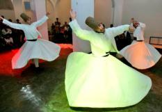 HEILIG LANDSTICHTING - Derwishen uit de Turkse stad Konya dansen zaterdag tijdens een Roemi-middag in museumpark Orientalis in Heilig Landstichting. Mevlana Roemi (1207-1273) wordt wereldwijd gezien als een pionier in de dialoog tussen jodendom, christendom en islam. De middag is georganiseerd door het museum in samenwerking met de stichting Islam en Dialoog.  ANP PHOTO ED OUDENAARDEN