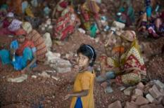 Omdat Bangladesh in 's werelds grootste delta ligt zijn er niet voldoende grondstoffen, zoals stenen en grind, om beton te maken. Bij een toenemende  bevolking stijgt de vraag naar beton en bakstenen. Het breken en kloppen van bakstenen tot gravel wordt naast machinaal veelal met de hand gedaan. Het zijn vooral vrouwen (moeders) en kinderen uit het zuiden van Bangladesh die voor een schamel loontje dit uitputtende werk dag in- dag uit in de snikhete zon doen. Voor veel kinderen behoort naar school gaan niet tot de mogelijkheden. Behorend bij persbericht Terre des Hommes over concument wil keurmerk tegen kinderarbeid. Bij deze foto hoort een APS persbericht. ANP PHOTO PERSSUPPORT Foto en bijschrift vallen buiten de redactionele verantwoordelijkheid van de Algemene Nieuwsdienst van het ANP. Foto is vrij van rechten en mag alleen redactioneel gebruikt worden in de context van het geleverde bijschrift.