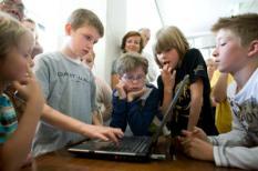 LEIDEN - Hoogbegaafde kinderen spelen woensdag 'Kamelenrace', een spel gemaakt door een van hen, tijdens de opening van de tentoonstelling 'Mijn Eigen Spel' in het atrium van het Stadhuis in Leiden. Op de tentoonstelling zijn boordspellen te zien die gemaakt zijn door hoogbegaafde kinderen uit het basisonderwijs. ANP PHOTO JOEL VAN HOUDT