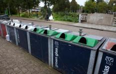 HOOFDDORP - Bovengrondse containers voor het inzamelen van glas, papier en kleding.ANP XTRA NILS VAN HOUTS