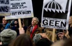 ROTTERDAM - Minister Ronald Plasterk (Onderwijs) spreekt, voor de Erasmus Universiteit in Rotterdam, studenten toe die actie voeren tegen het mogelijk afschaffen van de basisbeurs. ANP ED OUDENAARDEN