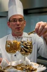 DEN HAAG - Een kok serveert maandag meelwormen en gefrituurde sprinkhanen in het bedrijfsrestaurant van het ministerie van Landbouw, Natuur en Voedselkwaliteit in Den Haag. Minister Gerda Verburg presenteerde maandag in het bedrijfsrestaurant de kabinetsnota Duurzaam Voedsel. Het is de eerste voedingsnota van het ministerie van LNV. Het bedrijfsrestaurant is uitgekozen als plek van de presentatie, omdat deze de komende jaren moet uitgroeien tot een toonaangevende proeftuin voor duurzaam voedsel. ANP ED OUDENAARDEN