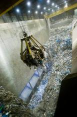 ALKMAAR - De nieuwe Bio-energiecentrale HVC, gemeentelijk afvalnutsbedrijf, in Alkmaar. In deze centrale wordt huisvuil verbrand en sinds kort ook afvalhout, waarmee groene elektriciteit en warmte wordt opgewekt. Foto: De opslagbunker van het huisvuil. ANP PHOTO XTRA LEX VAN LIESHOUT