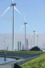 EEMSMOND - De Eemshaven, de grootste zeehaven in Noord Nederland.foto: windmolens in de Eemshaven-Wilhelminahaven.ANP  XTRA LEX VAN LIESHOUT
