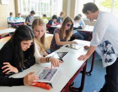EMMEN - Leerlingen van het Hondsrugcollege in Emmen maken maandag tijdens de Engelse les gebruik van een iPad. De leerlingen uit de tweede klas mochten de iPad als eerste uitproberen, na de zomervakantie volgen alle brugklassen en daarna de hele school. ANP LEX VAN LIESHOUT