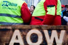 DEN HAAG - FNV-voorzitter Agnes Jongerius (M) voert woensdag samen met circa vierhonderd FNV-leden actie op het Plein in Den Haag. Ze demonstreren tegen de plannen van het kabinet om de AOW-leeftijd te verhogen van 65 naar 67 jaar.  De Tweede Kamer houdt woensdag een hoorzitting over de AOW-plannen. De vakbonden hebben grote bezwaren tegen de plannen en willen vooral dat mensen met zware beroepen ook straks nog op hun 65e kunnen stoppen met werken met behoud van een volledige AOW-uitkering. ANP VALERIE KUYPERS