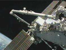 epa02289608 NASA handout image shows Expedition 24 Flight Engineer Doug Wheelock and Tracy Caldwell Dyson (R) working outside the International Space Station (ISS) during the third spacewalk to replace a failed ammonia pump module with a spare on 16 August 2010. The two astronauts left the ISS to perform a complicated spacewalk to fix a broken cooling system that prompted the shutdown of some systems onboard the orbiting spacecraft.  EPA/NASA TV - HANDOUT QUALITY FROM SOURCE, EDITORIAL USE ONLY/NO SALES