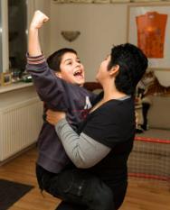 LUNTEREN - Jaap en Mirjam Hunze verlenen mantelzorg aan hun zoon. De 11-jarige Senna heeft een licht verstandelijke handicap, ADHD en is waarschijnlijk ook autistisch. Sociaal emotioneel functioneert Senna op een niveau van een 5-jarig kind. Een mantelzorger zorgt voor een chronische zieke, gehandicapte of hulpbehoevende partner, ouder, kind of ander familielid, vriend of kennis. Mantelzorgers zijn geen professionele zorgverleners, maar geven vrijwillig zorg omdat zij een persoonlijke band hebben met de patient. ANP PHOTO XTRA KOEN SUYK