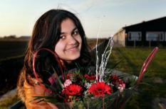 SINT ANNAPAROCHIE - De Afghaanse Hbrahim Ghel Sahar (L) viert vrijdag feest. Ze kreeg eerder opde dag van minister Leers (Immigratie en Asiel) te horen dat ze mag in Nederland mag blijven. Leers geeft een verblijfsvergunning aan haar en haar familie. ANP VINCENT JANNINK
