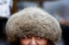 AMSTERDAM - Kooplui op de Albert Cuypmarkt in Amsterdam proberen zich vrijdag warm te houden. Na een koude nacht met temperaturen van min 10 graden kwam de thermometer overdag ook niet boven de nul uit. ANP ROBIN UTRECHT