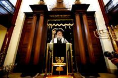 ARNHEM -  Binyomin Jacobs tijdens de installatiedienst. De opperrabbijn is zondag in de Hoofdsynagoge in Arnhem geinstalleerd. Hij zal in die functie leiding geven aan vijf rabbijnen. Jacobs werd in november 2008 gekozen door de Raad van het Inter Provinciaal Opper Rabbinaat (IPOR). ANP PHOTO ROB VOSS
