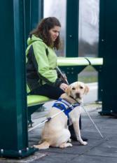 NIEUWEGEIN - De blinde Suzanne van den Bercken met haar blindengeleidehond Delphy wacht op de tram. ANP PHOTO XTRA KOEN SUYK
