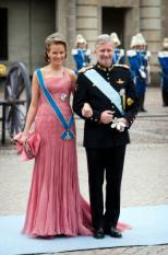 STOCKHOLM - Prins Filip en prinses Mathilde van Belgie zijn zaterdag onderweg naar de huwelijksvoltrekking tussen kroonprinses Victoria en prins Daniel in Storkyrkan, de oudste kerk van de Zweedse hoofdstad. ANP ROYAL IMAGES FRANK VAN BEEK