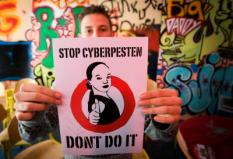 AMSTERDAM - Een leerling met zijn poster tegen het Cyberpesten maadag bij school De Wissel in Amsterdam. Met deze toast is het lesprogramma over cyberpesten afgesloten en is de school uitgeroepen tot pestvrij. ANP PHOTO ROBIN UTRECHT