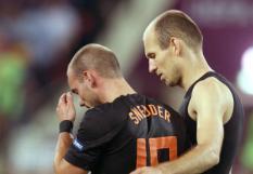 CHARKOV - Wesley Sneijder (L) en Arjen Robben van het Nederlands elftal na de nederlaag tegen Portugal tijdens de laatste groepswedstrijd van Oranje bij het EK voetbal 2012. ANP JERRY LAMPEN