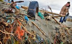 WIJK AAN ZEE - Vrijwilligers van Surfrider Foundation Holland zijn zaterdagmiddag in Wijk aan Zee bezig met het verwijderen van vuil op het strand. Het initiatief vindt langs de hele Nederlandse kustlijn plaats, van Vlieland tot Domburg, om het bewustzijn van het belang van schone stranden en zeeen te vergroten. ANP PHOTO KOEN VAN WEEL