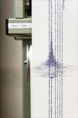 DE BILT - De door een seismograaf opgetekende uitslag van de aardbeving van 4,5 op de schaal van Richter, die donderdagavond bij het KNMI werd geregistreerd. Het KNMI heeft ongeveer 4000 meldingen binnen gekregen van mensen in Nederland die de aardbeving in meer of mindere mate hadden gevoeld. ANP ERIK VAN 'T WOUD