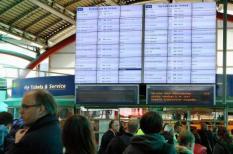 UTRECHT - Wachtende reizigers op Utrecht Centraal. Het treinverkeer rond Utrecht is door een blikseminslag ontregeld. ANP LEX VAN LIESHOUT