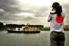 NLD-20040823 DEN HELDER: Het abortusschip Women on Waves vaart maandag vanuit Den Helder richting Portugal. In Portugal is abortus slechts toegestaan om het leven van de vrouw te redden of haar gezondheid te beschermen. Women on Waves pleit voor vrije abortus en wil illegale abortussen, die vaak gevaarlijk zijn voor vrouwen, tegengaan. Women on Waves door een beperking in de vergunning geen abortussen kunnen uitvoeren. Wel kan op het schip een overtijdbehandeling worden gegeven. Vrouwen die tot zestien dagen over tijd zijn, krijgen dan een zogeheten abortuspil, waarmee de zwangerschap eindigt. ANP FOTO/DAVID VAN DAM